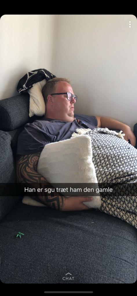 Morfar på sofaen.
